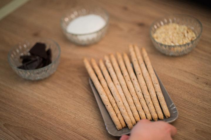 Ingredienti grissini ricoperti di cioccolato fondente