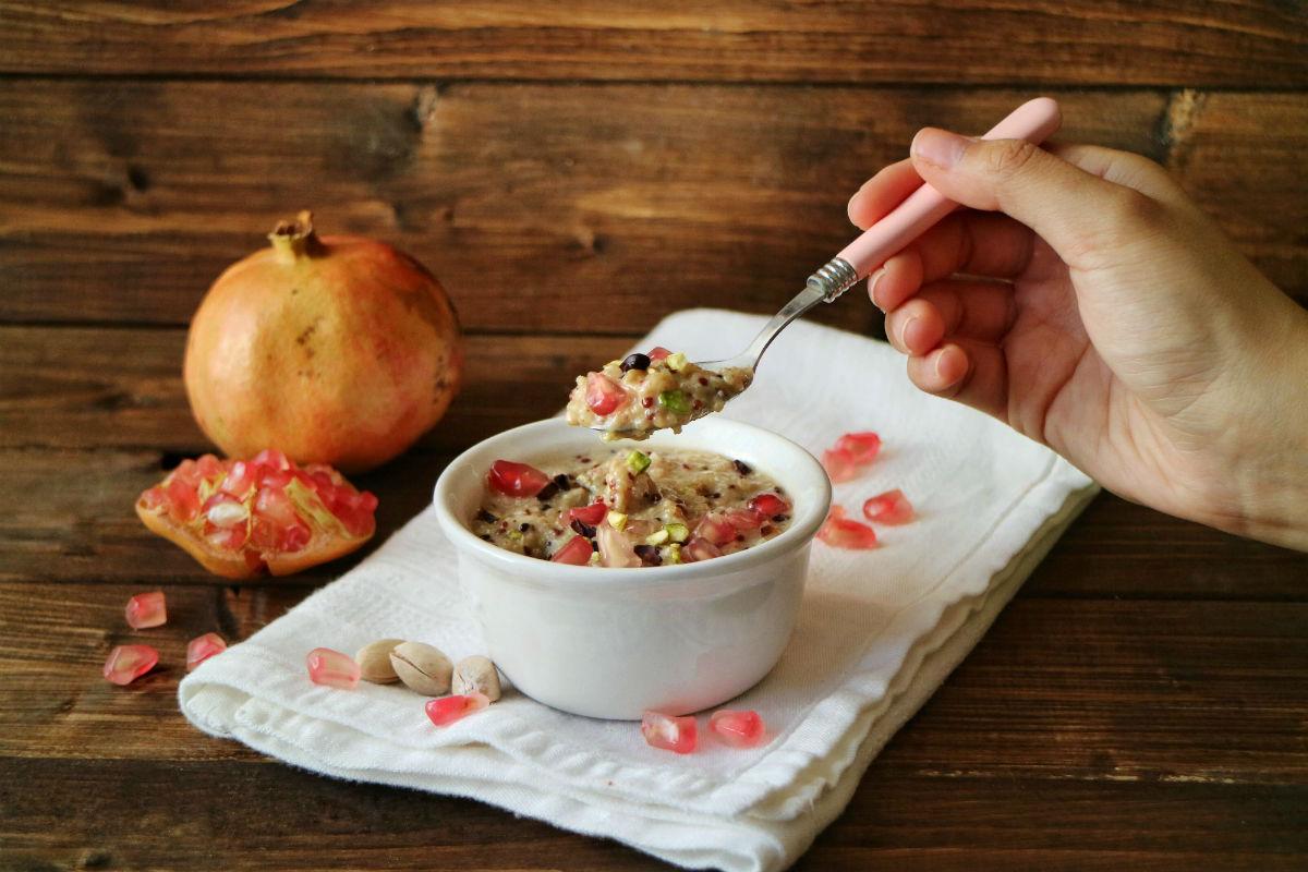 Porridge di quinoa con melagrana e pistacchi