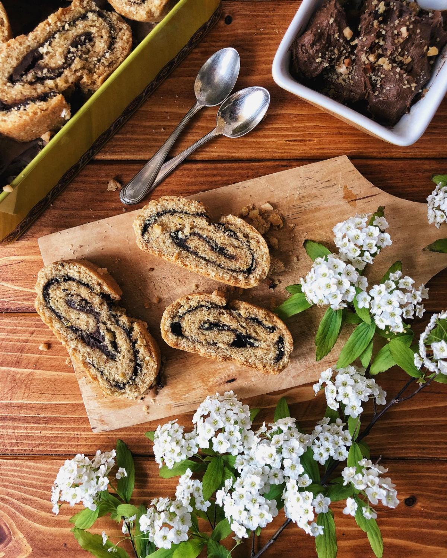 Rotolo biscottato a fette per ottenere i biscotti bicolore integrali
