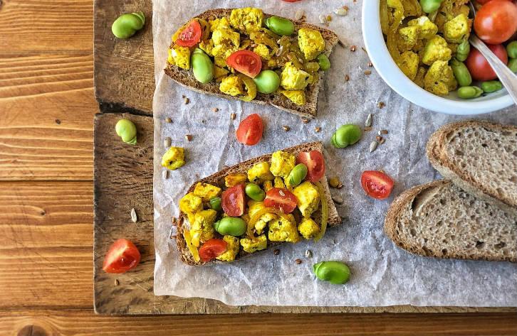 Come preparare una bruschetta vegana on tofu strapazzato, fave e pomodorini