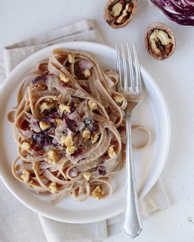 Come preparare la pasta radicchio e noci light senza panna