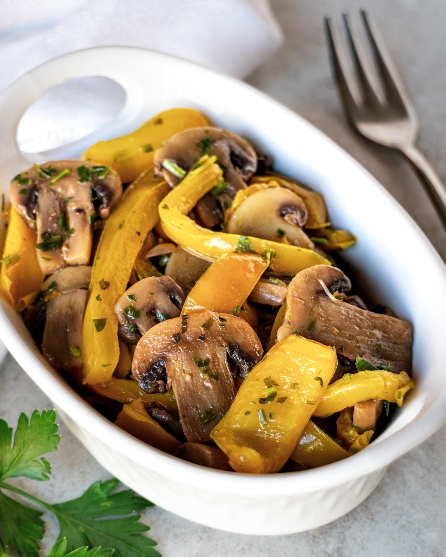 Funghi champignon e peperoni in padella